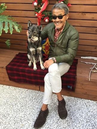 Marie un blouson aviateur olive Ben Sherman avec un jean blanc pour un déjeuner le dimanche entre amis. Une paire de des bottines chukka en daim marron foncé est une option parfait pour complèter cette tenue.