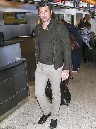 Comment porter: blouson aviateur en cuir olive, pull à col en v gris, jean beige, bottines chelsea en cuir noires