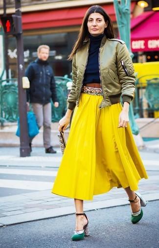 Comment porter: blouson aviateur olive, pull à col roulé bleu marine, jupe mi-longue plissée jaune, escarpins en satin verts