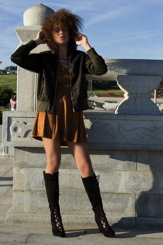 Comment porter: blouson aviateur olive, robe fourreau découpée marron, bottes hauteur genou en daim noires