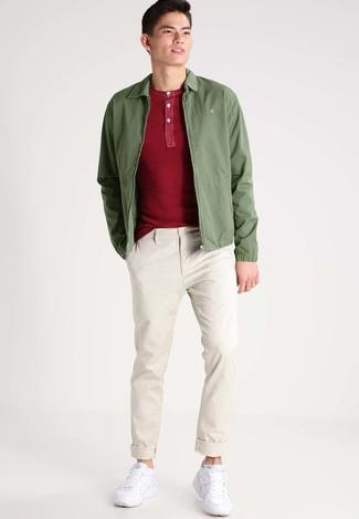 Tenue: Blouson aviateur olive, T-shirt à col boutonné rouge, Pantalon chino beige, Chaussures de sport blanches