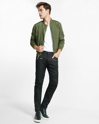 Comment porter: blouson aviateur olive, t-shirt à col en v blanc, jean noir, baskets basses en cuir noires