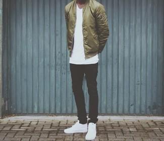 Comment porter des baskets montantes en cuir blanches à 20 ans: Pense à harmoniser un blouson aviateur en nylon olive avec un jean noir pour une tenue confortable aussi composée avec goût. Si tu veux éviter un look trop formel, choisis une paire de des baskets montantes en cuir blanches.