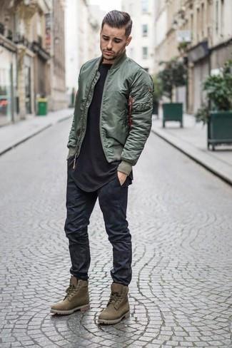 Comment porter: blouson aviateur olive, t-shirt à col rond noir, jean skinny noir, bottes de travail en daim olive