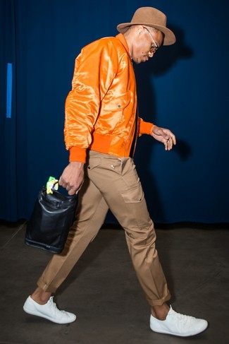 Comment porter: blouson aviateur orange, pantalon chino marron, baskets basses en cuir blanches, chapeau en laine marron