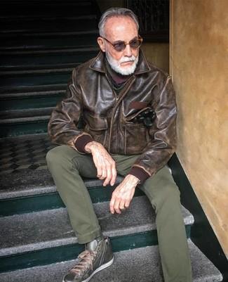 Comment porter: blouson aviateur en cuir marron, pantalon chino olive, baskets montantes en cuir olive, écharpe multicolore