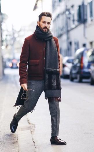 Comment porter: blouson aviateur en laine tabac, pantalon de costume en laine gris, slippers en cuir marron foncé, écharpe gris foncé