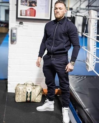 Pense à marier un blouson aviateur bleu marine hommes avec un pantalon de jogging bleu marine pour une tenue confortable aussi composée avec goût. D'une humeur créatrice? Assortis ta tenue avec une paire de des baskets montantes en cuir blanches.