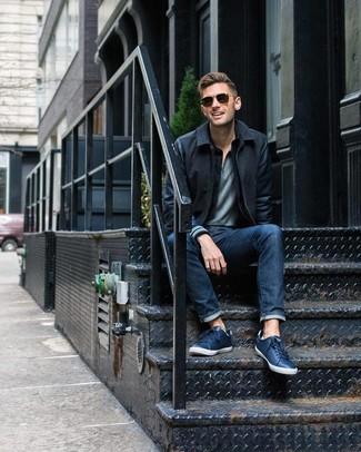 Comment porter: blouson aviateur en laine noir, polo gris, jean bleu marine, baskets basses en cuir bleu marine