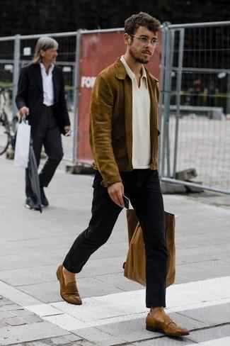 Comment porter des slippers en cuir marron: Essaie d'associer un blouson aviateur en daim olive avec un jean noir pour une tenue idéale le week-end. Une paire de des slippers en cuir marron rendra élégant même le plus décontracté des looks.