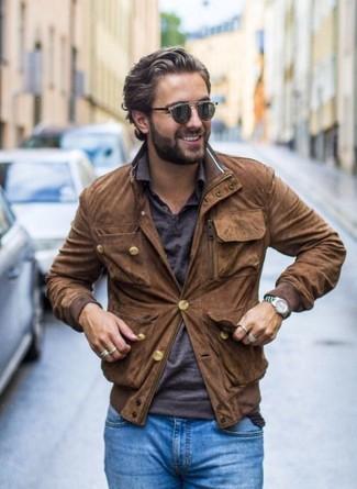 Comment porter: blouson aviateur en daim marron, polo gris foncé, jean skinny bleu, ceinture en cuir tressée marron foncé
