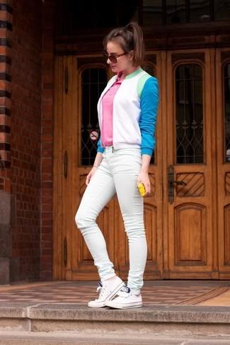 Comment porter: blouson aviateur blanc et bleu, polo rose, jean skinny vert menthe, baskets basses blanches
