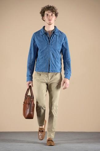 Comment porter: blouson aviateur en daim bleu, polo bleu, pantalon chino marron clair, mocassins en cuir marron clair