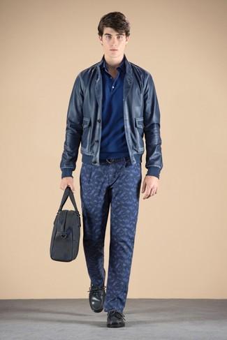 Comment porter: blouson aviateur en cuir bleu marine, polo bleu, pantalon chino camouflage bleu marine, mocassins en cuir gris foncé
