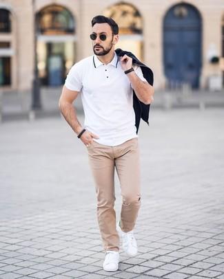 Comment porter: blouson aviateur noir, polo blanc, pantalon chino á pois beige, baskets basses en cuir blanches