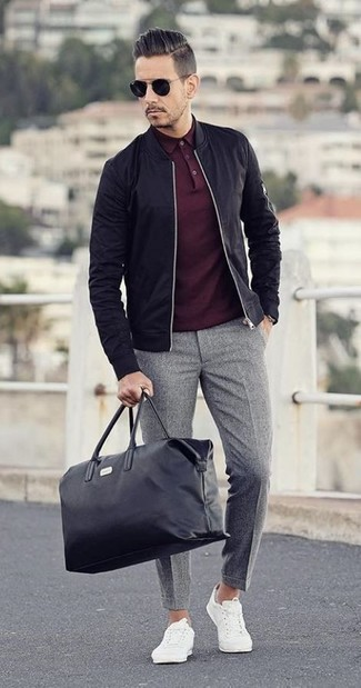 Comment porter: blouson aviateur noir, polo bordeaux, pantalon de costume en laine gris, baskets basses blanches