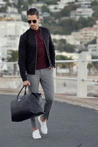 Comment porter: blouson aviateur noir, polo bordeaux, pantalon de costume en laine gris, baskets basses en toile blanches