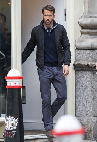 Comment porter: blouson aviateur noir, pull à col à fermeture éclair bleu marine, chemise de ville violet clair, pantalon chino gris foncé