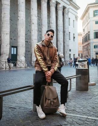 Comment porter un sac à dos en cuir marron: Choisis un blouson aviateur en cuir marron et un sac à dos en cuir marron pour un look idéal le week-end. Habille ta tenue avec une paire de des baskets montantes en toile blanches.