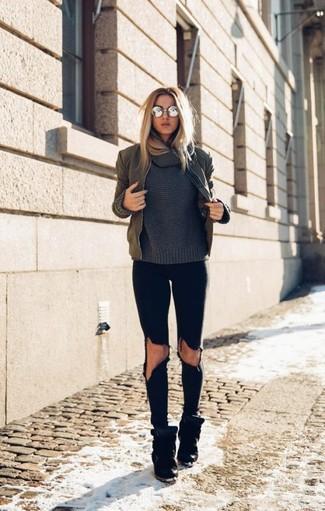 Comment porter un pull à col boule gris foncé: Marie un pull à col boule gris foncé avec un jean skinny déchiré noir pour un look confortable et décontracté. Termine ce look avec une paire de des baskets compensées en daim noires.