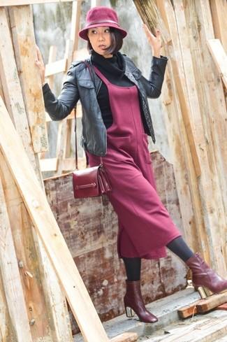 Comment porter: blouson aviateur en cuir noir, pull à col boule noir, robe chasuble bordeaux, bottines en cuir bordeaux