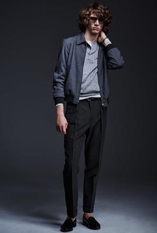 Comment porter: blouson aviateur bleu marine, pull à col boutonné gris, t-shirt à manche longue et col boutonné gris, pantalon de costume noir