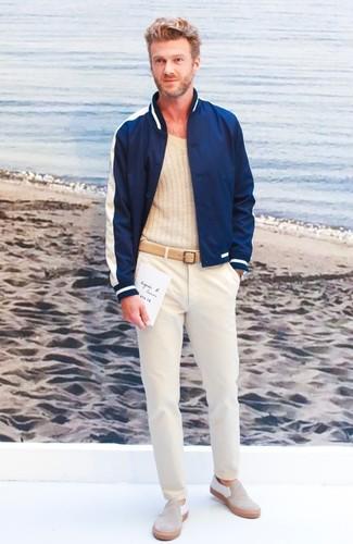 Comment porter: blouson aviateur bleu marine, pull à col en v beige, pantalon chino beige, baskets à enfiler en daim beiges
