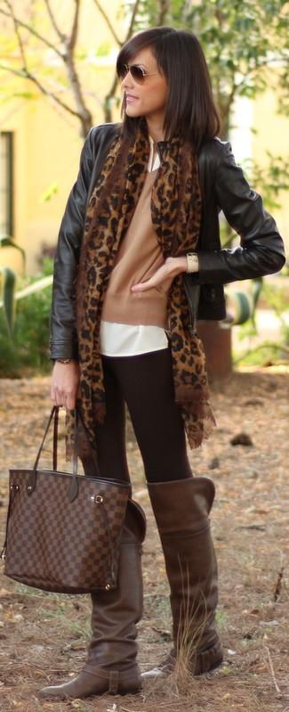 Opte pour le confort dans un blouson aviateur en cuir noir et des leggings noirs. D'une humeur créatrice? Assortis ta tenue avec une paire de des bottes hauteur genou en cuir brunes foncées.