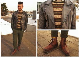 Comment porter: blouson aviateur en cuir gris foncé, pull à col rond en jacquard marron, chemise à manches longues beige, pantalon chino olive