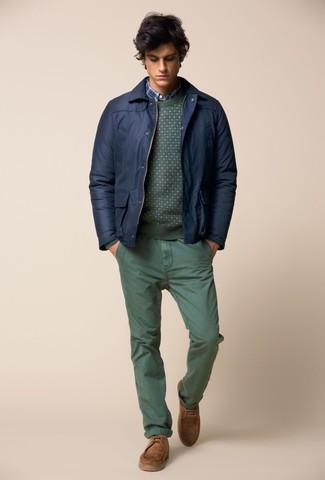 Les journées chargées nécessitent une tenue simple mais stylée, comme un pull à col rond vert Anvil et un pantalon chino vert. Assortis ce look avec une paire de des bottines chukka en daim marron clair.