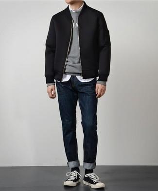 Comment porter: blouson aviateur noir, pull à col rond imprimé gris, chemise à manches longues blanche, jean bleu marine