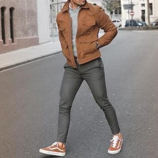 Comment porter: blouson aviateur en daim marron, pull à col rond gris, chemise à manches longues blanche, pantalon de costume en laine gris