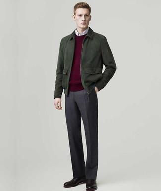 Comment porter: blouson aviateur en daim vert foncé, pull à col rond bordeaux, chemise à manches longues blanche, pantalon de costume en laine gris foncé