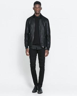 Comment porter un blouson aviateur en cuir noir avec un jean noir: Marie un blouson aviateur en cuir noir avec un jean noir pour un déjeuner le dimanche entre amis. Apportez une touche d'élégance à votre tenue avec une paire de des chaussures derby en cuir à clous noires.