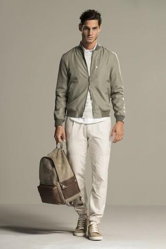 Comment porter: blouson aviateur olive, pull à col rond beige, chemise de ville blanche, pantalon de jogging beige