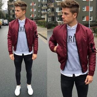 Comment porter: blouson aviateur bordeaux, pull à col rond imprimé gris, chemise de ville blanche, jean skinny noir