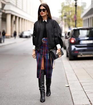 Comment porter des bottes hauteur genou en cuir noires: Marie un blouson aviateur noir avec une jupe crayon écossaise noire pour créer un style chic et glamour. Complète cet ensemble avec une paire de des bottes hauteur genou en cuir noires pour afficher ton expertise vestimentaire.