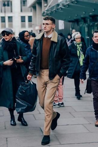 Comment s'habiller quand il fait chaud: Marie un blouson aviateur en cuir noir avec un pantalon de costume marron clair pour une silhouette classique et raffinée. Assortis ce look avec une paire de des slippers en daim noirs.
