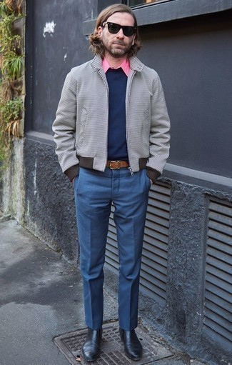 Comment porter un pantalon de costume bleu: Pense à opter pour un blouson aviateur à carreaux gris et un pantalon de costume bleu pour une silhouette classique et raffinée. Termine ce look avec une paire de des bottines chelsea en cuir noires.