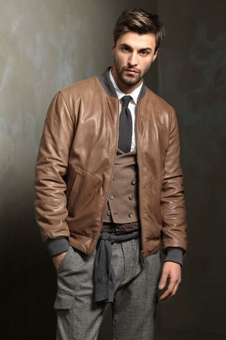 Comment porter: blouson aviateur en cuir marron, pull à col rond gris foncé, gilet en laine marron, chemise de ville blanche