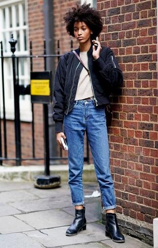 Comment porter: blouson aviateur noir, pull à col rond beige, jean boyfriend bleu, bottines en cuir noires
