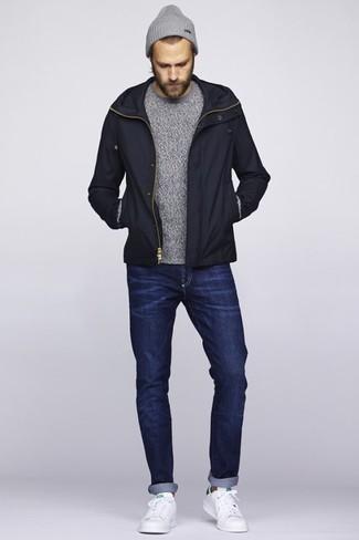 Comment porter: blouson aviateur noir, pull à col rond gris, jean bleu marine, baskets basses en cuir blanches