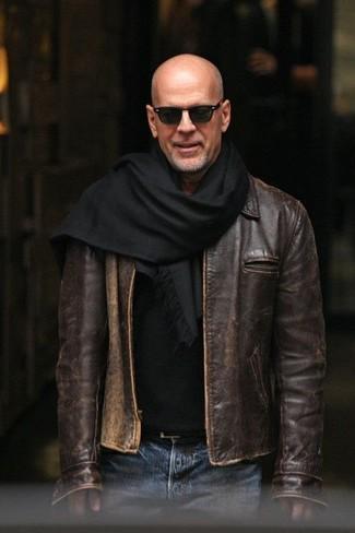 Comment porter: blouson aviateur en cuir marron foncé, pull à col rond noir, jean bleu, écharpe noire
