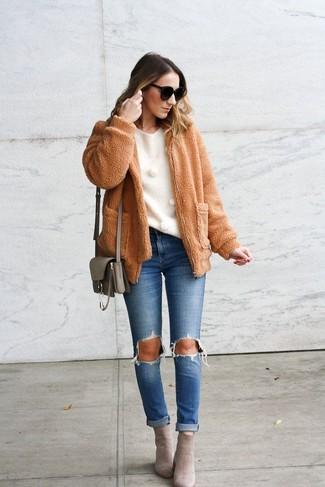Comment porter: blouson aviateur en polaire marron clair, pull à col rond blanc, jean déchiré bleu, bottines en daim grises