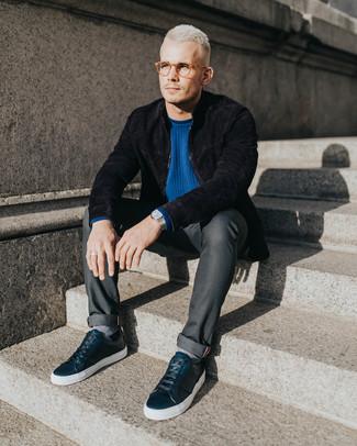 Comment porter: blouson aviateur en daim noir, pull à col rond bleu, jean gris foncé, baskets basses en cuir noires