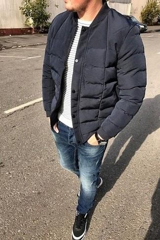 Comment porter: blouson aviateur matelassé bleu marine, pull à col rond à rayures horizontales blanc et bleu marine, jean bleu, baskets montantes en cuir noires