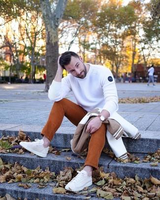 Comment porter: blouson aviateur blanc et marron, pull à col rond blanc, jean en velours côtelé tabac, baskets basses en toile beiges