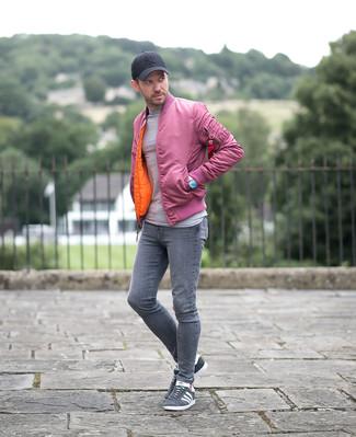 Comment porter: blouson aviateur rose, pull à col rond gris, jean skinny gris, baskets basses en daim grises