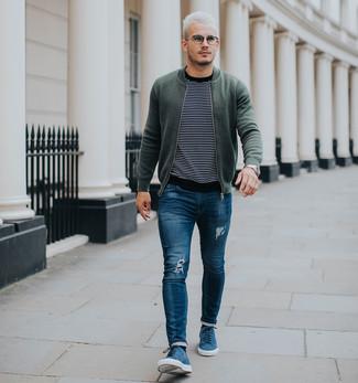 Comment porter: blouson aviateur olive, pull à col rond à rayures horizontales noir et blanc, jean skinny déchiré bleu, baskets basses en daim bleues