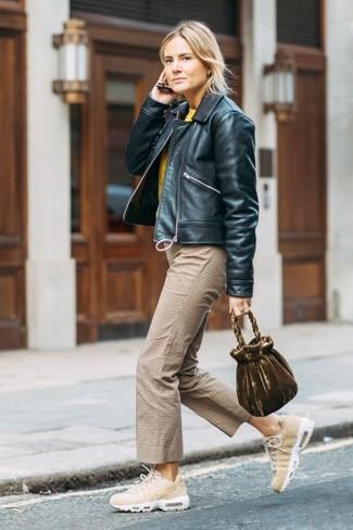 Comment porter: blouson aviateur en cuir noir, pull à col rond jaune, jupe-culotte à carreaux marron clair, chaussures de sport beiges